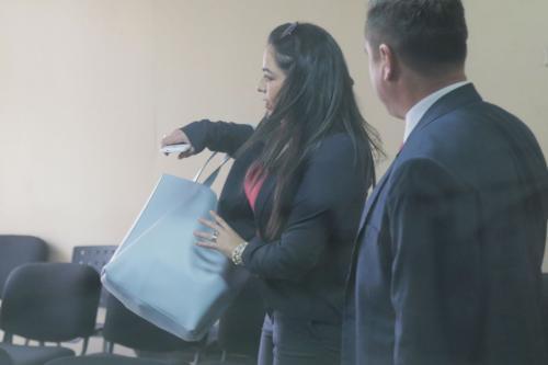 La abogada Bárbara Rosas trató de evitar el contacto con la prensa. (Foto: Alejandro Balán/Soy502)