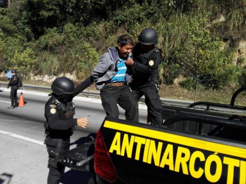 Un hombre que viajaba con un costal de marihuana fue capturado por las autoridades. (Foto: PNC)