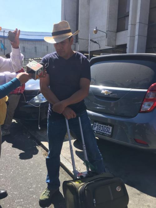 Carlos Coronado transportaba una maleta mientras se encontraba en la Torre de Tribunales, a donde fue trasladado luego del secuestro del que asegura fue víctima. (Foto: Evelyn De León/Soy502)