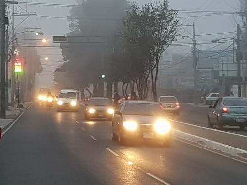 La neblina afecta a varios conductores en la ciudad. (Foto: Alexis Batres/Soy502)