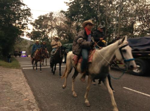 Los jinetes parten desde muy temprano para llegar con los primeros rayo de sol a Esquipulas. (Foto: Fredy Hernández/Soy502)