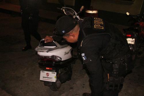 La moto usada por los sicarios no tiene placas. (Foto: PNC)