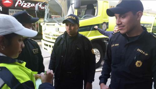 Los agentes Osman Marroquín Sarceño (izquierda) y Wilson Alexander Chávez Arias (derecha) lograron salvar a una mujer que estaba encerrada durante el incendio. (Foto: PNC)
