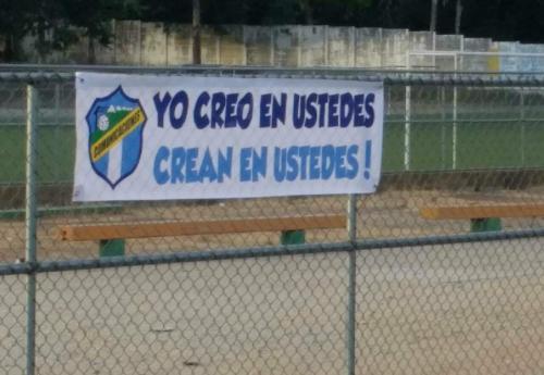 Un aficionado colocó una manta para motivar a los jugadores de Comunicaciones antes del clásico 301. (Foto: Carlos Saguí)