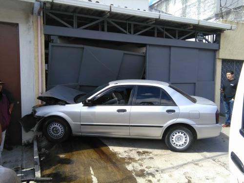 Así quedó el vehículo de los presuntos asaltantes. (Foto: usuarios Soy502)