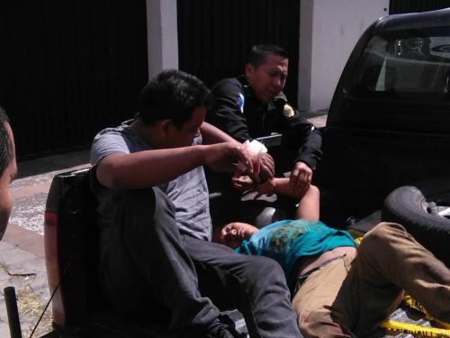 Los sospechosos fueron trasladados por la PNC a Tribunales. (Foto: usuarios Soy502)