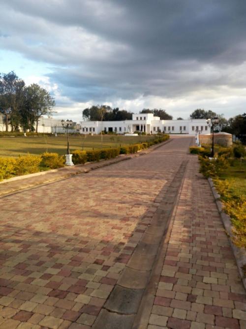 Vista de la residencia de Manuel Baldizón. La entrada es una calle de losa. (Foto: Soy502)