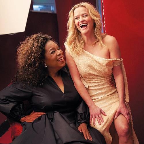 Oprah y Reese sonrientes en la sesión fotográfica. (Foto: Matthias Gaggl/Vanity Fair)