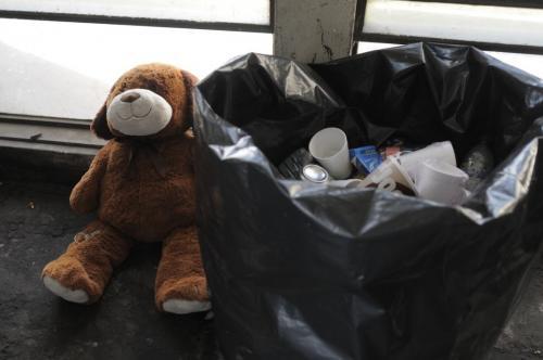 El peluche quedó al lado de la bolsa de basura. (Foto: Wilder López/Soy502)