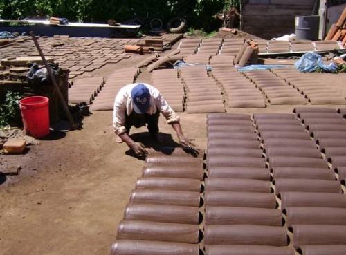 La elaboración de tejas es una técnica ancestral. (Foto: Guatemala Wikia)