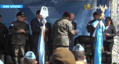 Ejército entrega reconocimiento al alcalde Álvaro Arzú. (Foto: captura de pantalla)