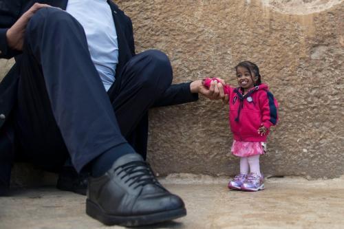 El turco se sentó para tomar la frágil mano de la mujer. (Foto: Clarín)