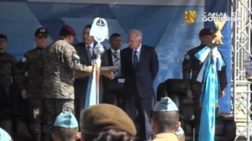 El presidente Jimmy Morales recibe el reconocimiento del Ejército. (Foto: captura de pantalla)