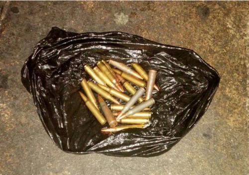 Más de 38 balas llevaban los capturados. (Foto: PNC)