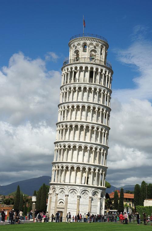 Se hicieron varios intentos para impedir la inclinación de la torre, pero no funcionaron. (Foto: Gizmodo)