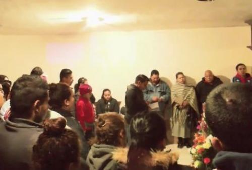 Vecinos apoyando a Don Ramón con su presencia en el funeral de su esposa. (Foto: Sandra Pineda)