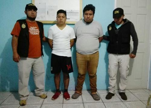 Las autoridades detuvieron a dos hombres acusados de cometer estafas a través de redes sociales. (Foto: PNC)