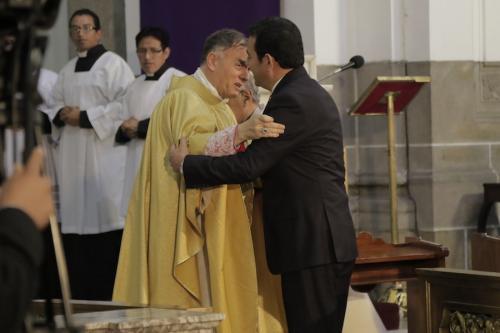 El Nuncio y Jimmy Morales se abrazan en una misa. (Foto: Alejandro Balán/soy502)