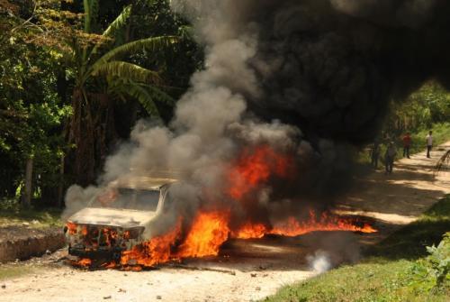 El automóvil de la fiscalía que fue quemado por los pobladores en agosto de 2015. (Foto: Nuestro Diario)