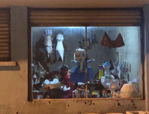 Fábricas de piñatas, a través de vidrios empañados por el tiempo. (Foto: Vic García)