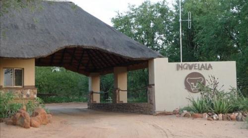 Ingreso a la reserva privada de Ingwelala, lugar en el que fueron encontrados los restos del cazador. (Foto: Infobae)