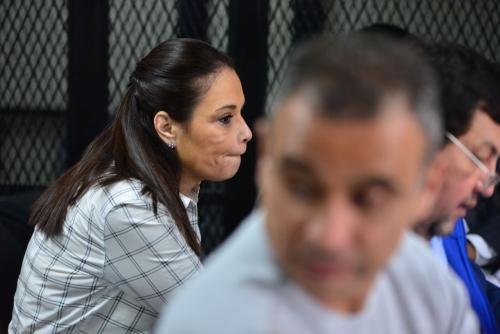 Roxana Baldetti escucha a la fiscal mientras detalla las pruebas en su contra en el caso Amsa. (Foto: Jesús Alfonso/Soy502)