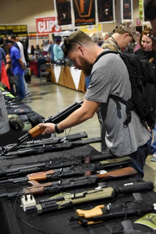Uno de los visitantes que observa el amplio arsenal. (Foto: AFP)