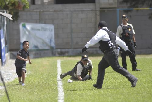 Al burlar a un agente, el niño perdió un zapato. (Foto: Sergio Muñoz/Nuestro Diario)
