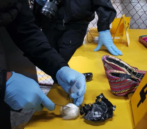 Un policía antinarcóticos encontró la cocaína en el tacón de los zapatos. (Foto: PNC)
