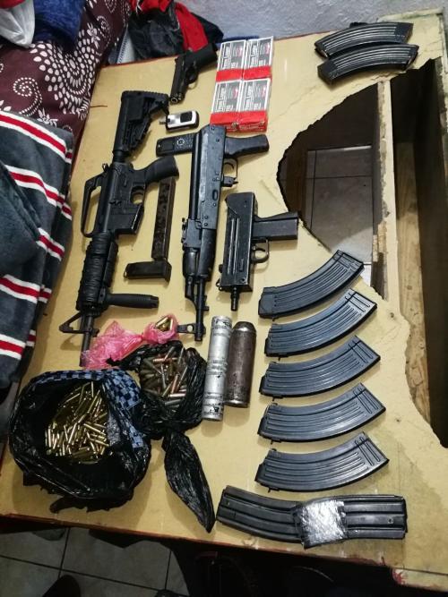 Parte de las armas y municiones decomisadas. (Foto: PNC)