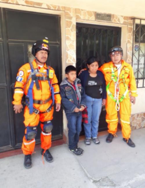 Imagen del menor junto a los bomberos. (Foto: Stereo 100)