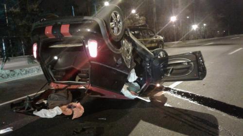 El auto quedó volcado y casi destruido.
