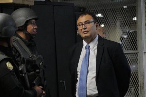 El magistrado Eddy Giovanni Orellana Donis, al ser detenido. Se le acusa de haber recibido favores de Roberto López Villatoro, entre ellos el apartamento que pertenecía a los hermanos Escobar Ulloa. (Foto: Alejandro Balán/Soy502)