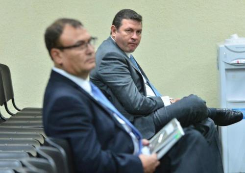 En una audiencia en Tribuanles, esperan Roberto López Villatoro (atrás) y el magistrado de apelaciones, Eddy Giovanni Orellana Donis (en primer plano). Foto: Jesús Alfonso/Soy502)