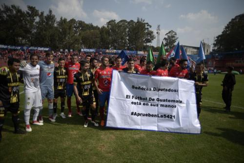 Los jugadores se unieron para hacer una protesta contra los dirigentes de la Fedefut. (Foto: Wilder López/Soy502)