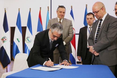 Lic. Carlos Contreras, asumiendo la presidencia Pro Témpore CISSCAD. (Foto: IGSS)