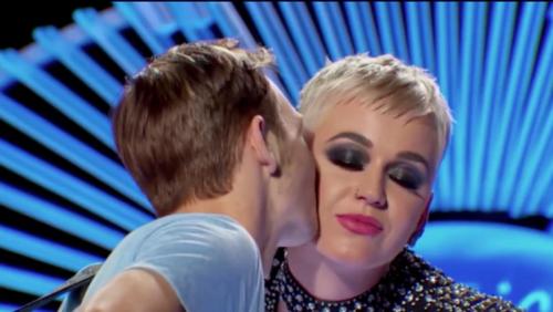 Benjamin besó a Katy en la mejilla. (Foto: Infobae)