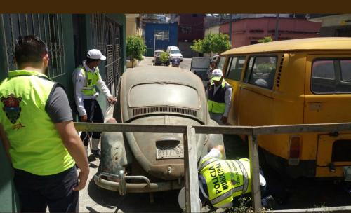 El perro fue ubicado en este vehículo abandonado. (Foto: captura pantalla)