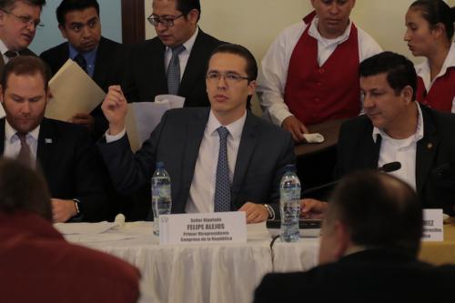 En sesión de Jefes de Bloque, Alejos se posiciona entre Álvaro Arzú Escobar y Estuardo Galdamez. (Foto: Alejandro Balán/Soy502)