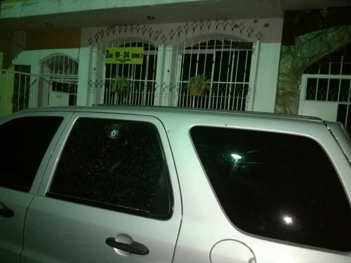 Este es uno de los impactos de bala que recibió un vehículo fuera de la casa de la concejal. (Foto: Cuenta de Facebook de Guadalupe Hernández)