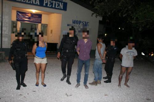 María Esther Medina Morales, Michael Vásquez Sical, Gerson Ariel Revolorio y Jonathan Aeljandro Juárez fueron capturados en Petén por disparar al aire. (Foto: PNC)