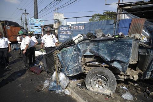 Varios automóviles quedaron convertidos en chatarra en un accidente múltiple que sucedió cerca de San Cristóbal.  (Foto: Wilder López/Soy502)