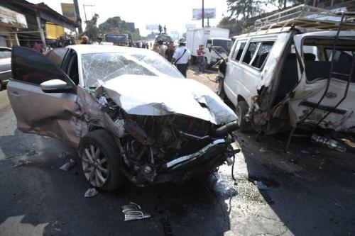 Los daños materiales fueron lo de menos en este accidente múltiple cerca de San Cristóbal. Se perdieron 6 vidas inocentes en este percance. (Foto: Wilder López/Soy502)