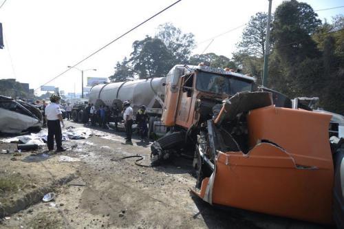 Guatemala no cuenta con servicios ni aplica reglas con seriedad al transporte pesado. Aquí, el trailer que volteó cerca de San Cristóbal. (Foto: Wilder López/Soy502)