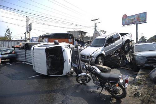 Los daños del accidente múltiple ocurrido camino a San Cristóbal fueron cuantiosos. (Foto: Wilder López/Soy502)