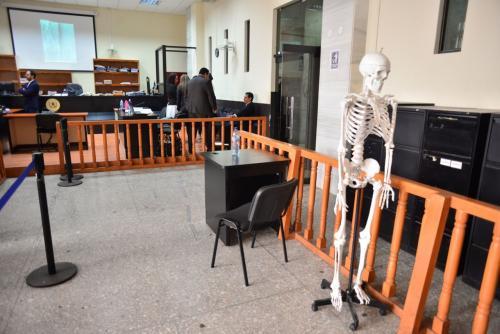 El esqueleto fue llevado para que los médicos puedan realizar la explicación del padecimiento. (Foto: Jesús Alfonso/Soy502)