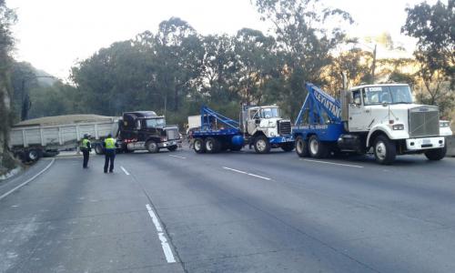 Los trabajos para retirar el camión se mantienen. (Foto: Dalia Santos/PMT)