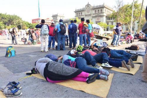 Maestros acostados en petates en la Plaza de la Constitución, exigen nuevo Pacto Colectivo. (Foto: Jesús Alfonso/Soy502)