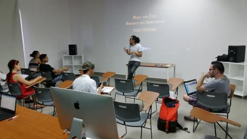 Mostró su forma de ver el mundo a estudiantes universitarios. (Foto: Augusto Gomez)