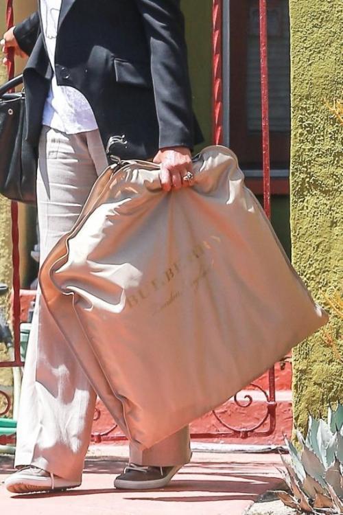 Aunque no se sane qué llevará puesto la madre de Meghan llevó una bolsa de ropa de la casa Burberry. (Foto: Univisión)